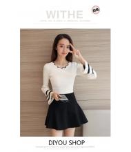 พร้อมส่ง เสื้อผ้าแฟชั่นราคาถูก เสื้อแฟชั่นเกาหลี คอหยัก ปลายแขนแตรแต่งแถบดำ สีขาว